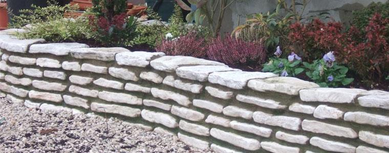 Come bordare le aiuole in giardino for Aiuole giardino con sassi